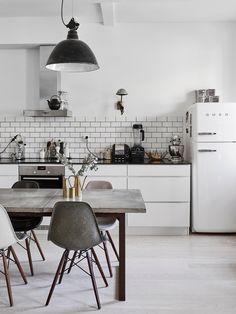 Tämä upea ja uniikki koti Lauttasaaresta tuli kesällä myyntiin ja pääsin kuvaamaan kodin asu...