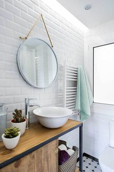 Baño de estilo industrial con azulejo tipo metro y tira de luz led en el techo