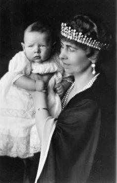 The diamond tiara worn by Queen Sophia in this photo goes back to Queen Victoria. It was a gift to her daughter, Vicki, when she wed Prince Freidrich Wilhelm of Prussia in Sophia took it with her when she wed Constantine of Greece on 27 October 1889 Romanian Royal Family, Greek Royal Family, Royal Crowns, Royal Jewels, Michael I Of Romania, Greek Royalty, Queen Sophia, Grand Duchess Olga, Diamond Tiara