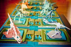 恐竜がテーマのテーブルセッティング。この恐竜はママの手作りなんでしょうか?ここまで行かなくても、折り紙でテーマのモチーフを作ってもいいですよね。