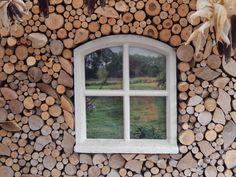 kachelhout tegen de muur bevestigen, kozijntje erin verwerken en zorgen voor een leuke print die je erachter plaatst. Pole Buildings, Firewood Storage, Wood Ideas, Exterior Design, Shed, Prints, Home, Lean To, Privacy Screens