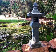 Lindo lago ornamental em Uberaba/MG utilizando uma lanterna de pedra Shimen Shinto.