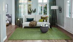 Ein Teppich muss nicht immer weiß oder schwarz sein. Trau dich und zeig ein wenig Mut, in dem du auch zu anderen Farben greifst. Foto: JAB Entryway Bench, Modern, Rugs, Envy, Furniture, Home Decor, Sheer Curtains, Cushion, Living Room