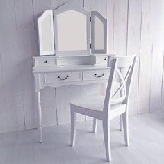 lounge-zone Kosmetiktisch Schminktisch Frisiertisch ROMANTIC weiß 4 Schubladen 3 Spiegel 2 schwenkbar 10988 Der bezaubernde Schminktisch und Frisiertisch ROMANTIC ist ein edles Möbelstück in das man sich auf Anhieb verlieben kann. Denn dieser wunderschöne Schminktisch ist mit viel Liebe zum Detail gefertigt worden, was diesen Frisiertisch zum idealen Platz macht, um sich stilvoll zu schminken und zu frisieren. Die aufwendig gedrechselten Beine, der raffinierte Schwung unter den Schublade...