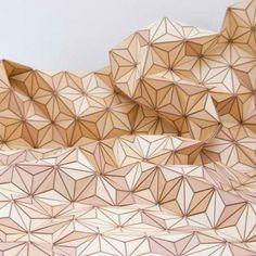 Mientras que la superficie dura de madera no es exactamente un material típico para alfombras, diseño de Elisa Stroyzk conserva un ambiente cálido y acogedor con piezas geométricas cortadas con láser que están unidos a un soporte textil.