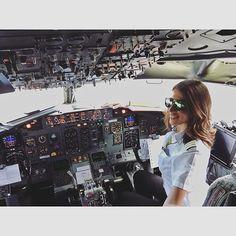 3 stripes on shoulder -> senior first officer. On board in Oslo Pilot Uniform, Female Pilot, Aviators Women, Ladies Gents, Air Tickets, Flight Deck, Air France, Cabin Crew, Flight Attendant