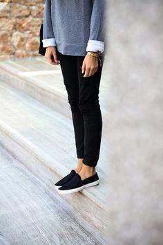 Gray sweatshirt, black skinnies and black slip ons.