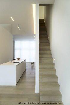 Betonnen sokkels beschermen de onderkanten van de houten spanten verlichting bij de houten - Redo houten trap ...