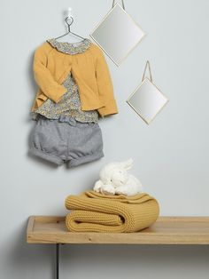 Silhouette Baby-Cardigan, A-Linie + Baby-Bluse, Liberty-Stoff + Baby-Shorts, Flanell + Baby-Plaid + Spiegel im rautenförmig - Baby Baby, Baby Love, Baby Kids, Baby Outfits, Toddler Outfits, Baby Girl Fashion, Toddler Fashion, Kids Fashion, Cardigan Bebe