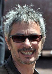 Léos Carax es un cineasta francés. Escribió su primer film en 1982, a los 23 años de edad, titulándolo Boy Meets Girl.