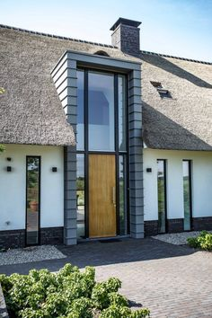 Wonen 41 - Bekhuis & KleinJan Modern Entrance Door, Entrance Design, Roof Design, Exterior Design, Old Style House, Front House Landscaping, Modern Bungalow House, Bungalow Renovation, Duplex House Plans