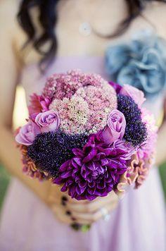 Brautstrauß aus einem Blumenmeer aus Flieder und Violette