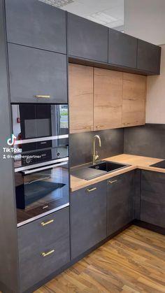 Kitchen Pantry Design, Luxury Kitchen Design, Kitchen Layout, Interior Design Kitchen, Kitchen Units Designs, Contemporary Kitchen Design, Modern Kitchen Interiors, Modern Kitchen Cabinets, Cuisines Design