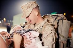 I LOVE military homecoming pictures Military Couples, Military Photos, Military Life, Military Families, Military Homecoming Pictures, Soldiers Coming Home, Marine Love, Army Family, Men In Uniform