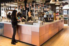 MetalKern Koper naturel compactplaat verwerkt als toonbank in koffiezaak.