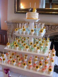 Tarta con forma cuadrada y cubierta de cake-pops muy florales