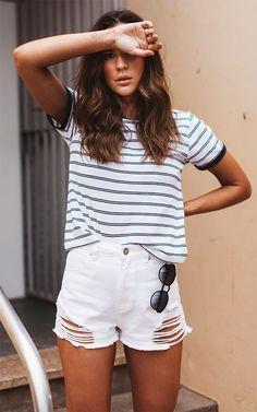 Street style look com t-shirt e short.