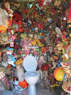 one toilet in the middle of . stuff -----------just for laughs=not purty! Outside Toilet, College Bathroom, Baby Changing Station, Messy House, Portable Toilet, Found Object Art, Alternative Art, Amazing Bathrooms, Life Is Beautiful