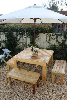 Table de jardin et banc en bois de palettes.