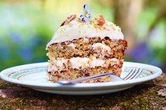 """Deze tropischeHummingbird taartkomt uit Jamie Oliver's nieuwe boek """"Jamie's comfort food"""". Uitgegeven door Kosmos Uitgevers en te koop voor € 29,99. Jamie: """"Deze prachtige taart is gewoon gruwelijk lekker – maak hem en je weet het. Laagjes luchtige cake met een zalige mix van banaan en ananas, krokant pecanstrooisel en een lik weergaloze creamcheese-icing met …"""