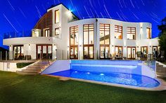 Huge house with a big pool outside. Huge Houses, Pool Houses, Dream Houses, Amazing Houses, Big Pools, Cool Pools, Pool Bedroom, Dream House Exterior, Elegant Homes