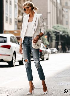 Fashion Jackson shows you how to wear a white blazer, even during the hot summer. Paired with denim and pumps for an effortless outfit. Mode Outfits, Fall Outfits, Fashion Outfits, Jeans Fashion, Sneakers Fashion, 30 Outfits, Fashion Clothes, Trendy Outfits, Womens Fashion Online