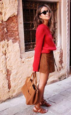 Julie Sariñana usa look despojado com tricot vermelho, saia de suede caramelo, bolsa caramelo e rasteira marrom