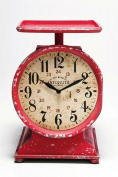 Tischuhr Scales Vintage von Kare Design. Schöne Tischuhr in Form einer Waage.  Die Gebrauchsspuren sowie das antike Ziffernblatt verleihen der Uhr den gewünschten Vintagelook.  Die Ablagefläche oben kann ganz nach Wunsch dekoriert werden.  Die Uhr ist batteriebetrieben.  #uhr #standuhr #vintage #rot #rostbraun #zeit #diezeitstehtstill #waage #küche #küchenhelfer #moebel #möbel #möbelpower #moebeltraeume