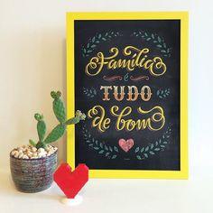 """Um dos nossos queridinhos. A parceria com a turma do @locomotipo é o pôster """"Família é Tudo"""". Marque nos comentários quem faz parte da sua família do coração!  - Mais imagens: #ColeçãoLocomotipoNCDJ http://ift.tt/1dqyBxz (link na bio).  - #nacasadajoana #abaixoasparedesvazias #pôster #posters #quadros #enquadrados #design #decoração #decor #interiordesign #pinterest #meunacasadajoana #casa #lar"""