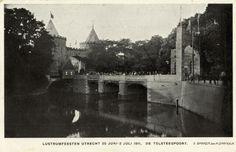Gezicht op de gereconstrueerde Tolsteegpoort bij de Tolsteegbrug over de Stadsbuitengracht te Utrecht, onderdeel van de festiviteiten bij het 55e lustrum (275-jarig bestaan) van de universiteit te Utrecht.1911