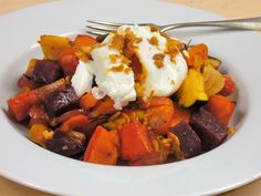 Výborný teplý zeleninový salát z dýně Hokaidó, cukety, mrkve, celeru, pastiňáku a červené řepy, ozdobený ztraceným vejcem a smaženou cibulkou.