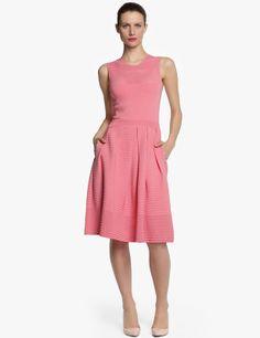 En salmón. Vestido rosa de largura midi de Adolfo Domínguez