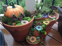 Funny pictures about Broken Pots Turned Into Beautiful Fairy Gardens. Oh, and cool pics about Broken Pots Turned Into Beautiful Fairy Gardens. Also, Broken Pots Turned Into Beautiful Fairy Gardens photos. Fairy Pots, Mini Fairy Garden, Fairy Garden Houses, Gnome Garden, Garden Pots, Micro Garden, Garden Web, Balcony Garden, Garden Bridge
