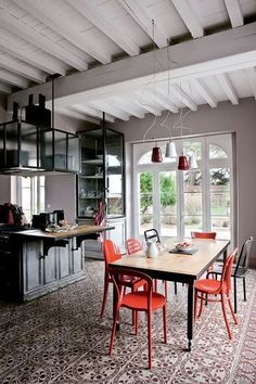 tiles + red dining chairs, i like the dark cupboards