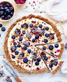 Vegan Breakfast Pizza with an Oat Almond Butter and Buckwheat Base topped with Coco Yoghurt Berries Pistachios and. Pizza Recipes, Gourmet Recipes, Vegan Recipes, Dessert Recipes, Tart Recipes, Kitchen Recipes, Breakfast Pizza, Vegan Breakfast, Breakfast Recipes