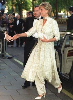 Los vestidos más icónicos de Diana de Gales - Una imagen poco frecuente de la princesa, luciendo pantalón y abrigo brocado