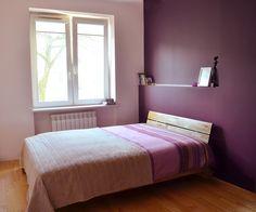 Projekt sypialni w kolorach jesieni. Drewno, bęż i ciemny fiolet.   Maszroom.com