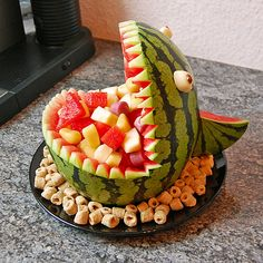 Melon Hai - Melonen-Hai Melon-shark – great for the birthday party! Fruit Creations, Watermelon Carving, Food Carving, Veggie Tray, Veggie Food, Party Buffet, Food Platters, Snacks Für Party, Food Decoration