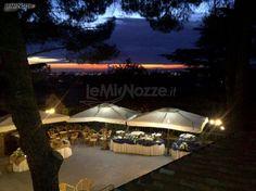 Aperitivo di benvenuto in terrazza? Se la location è splendida, non si può sbagliare! Guarda ora tutte le foto >> http://www.lemienozze.it/operatori-matrimonio/luoghi_per_il_ricevimento/villa-per-cerimonie-roma/media
