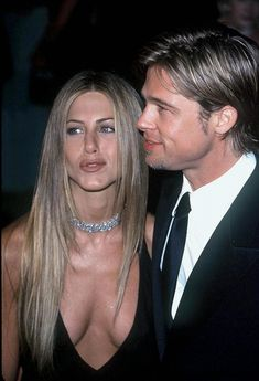 Brad Pitt was spotted arriving at Jennifer Aniston's birthday party. (These pictures are from - Jennifer turns 50 tomorrow… Jennifer Aninston, Brad Pitt Jennifer Aniston, Brad Pitt And Jennifer, Jennifer Aniston Pictures, Jennifer Aniston Style, Hollywood Celebrities, Celebrity Couples, American Actress, People