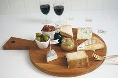een heerlijk kaasplankje heeft uit elk van de 5 kaasfamilies een kaasje, geserveerd met vijgencompote, olijven, pecannootjes... Het plankje vind je binnenkort in onze Etsy webshop :-)