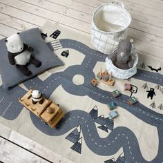 Lässiger Kinder-Spielteppich für alle Kanada-Fans: mit hohen Bergen, dichten Tannen und gefährlichen Bären... Kids Rugs, Room, Home Decor, Firs, Canada, Nursery Room Ideas, Creative Ideas, Kawaii, Bedroom