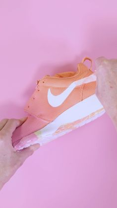 Ombre Shoes Customize your sneakers with Tulip ColorShot fabric spray!Customize your sneakers with Tulip ColorShot fabric spray! Diy Ombre, Custom Painted Shoes, Custom Shoes, Diy Projects Videos, Diy Crafts Videos, Shoe Makeover, Tulip Colors, Diy Vetement, Diy Clothes Videos