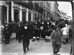 Gaiteiros pola rúa Castelar, Lugo. Ca. 1920. Placa de cristal. Bromuro rápido ou clorobromuro lento. 4,4 x 5,9 cm.