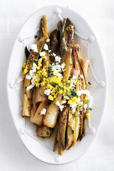 Braising leeks brings out their buttery texture. Serve them alongside broiled fish or roast chicken. Thanksgiving Vegetables, Thanksgiving Appetizers, Thanksgiving Recipes, Thanksgiving Prayer, Thanksgiving Outfit, Thanksgiving Decorations, No Carb Recipes, Side Recipes, Light Recipes