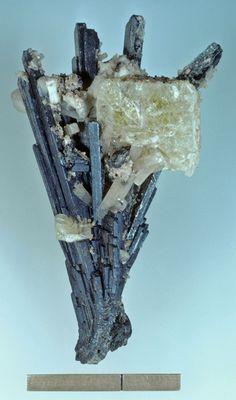 Leucophane on Birnessite, (Na,Ca,K)x(Mn++++,Mn+++)2O4•1.5(H2O), psm after serandite, Poudrette Quarry, Mont Saint Hilaire, Rouville Co., Québec, Canada. Size: 62x35 mm. Collection: B. Baudin. Copyright: Rock Currier