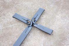 Kovaný propletený hřbitovní kříž, trochu originality neškodí.   | Umělecký kovář Lubomír Kotalík