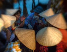 Morning Meeting at the Fish Market in Vietnam by Lucas Jans Digital Photography School, Dslr Photography, Photography Tutorials, Pretty Photos, Cool Photos, Pictures Of Hats, Dawn Images, The Fish Market, Asian Market