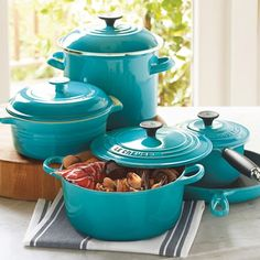 Love this turquoise cookware!