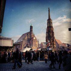 Nürnberg: Hauptmarkt mit Frauenkirche und Schönem Brunnen
